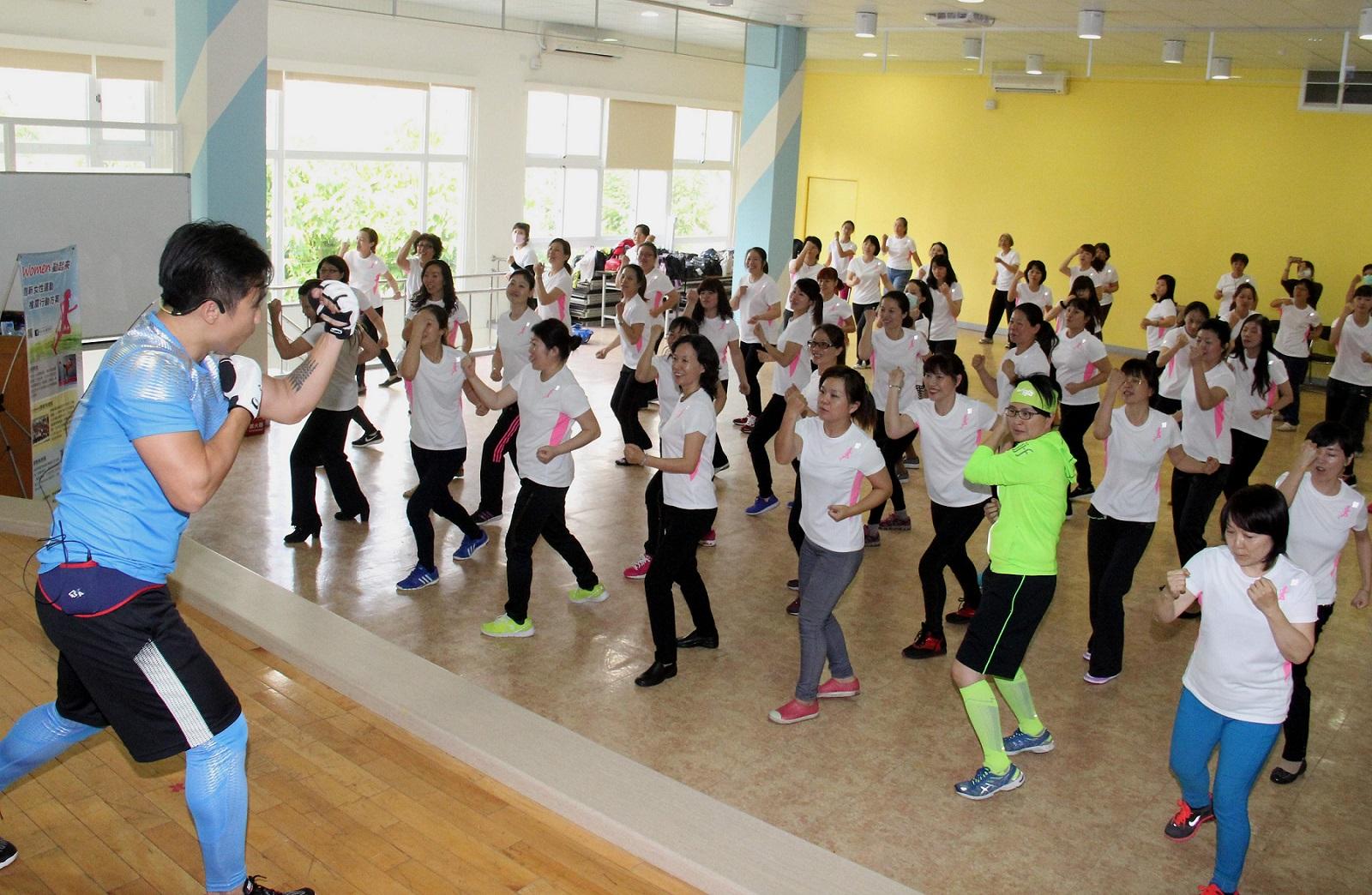 「Women動起來」新女性運動補給站躍動大會,由有氧老師帶領新住民與社區女性朋友們一起體驗拳擊有氧揮灑汗水的快感。(主辦單位提供)