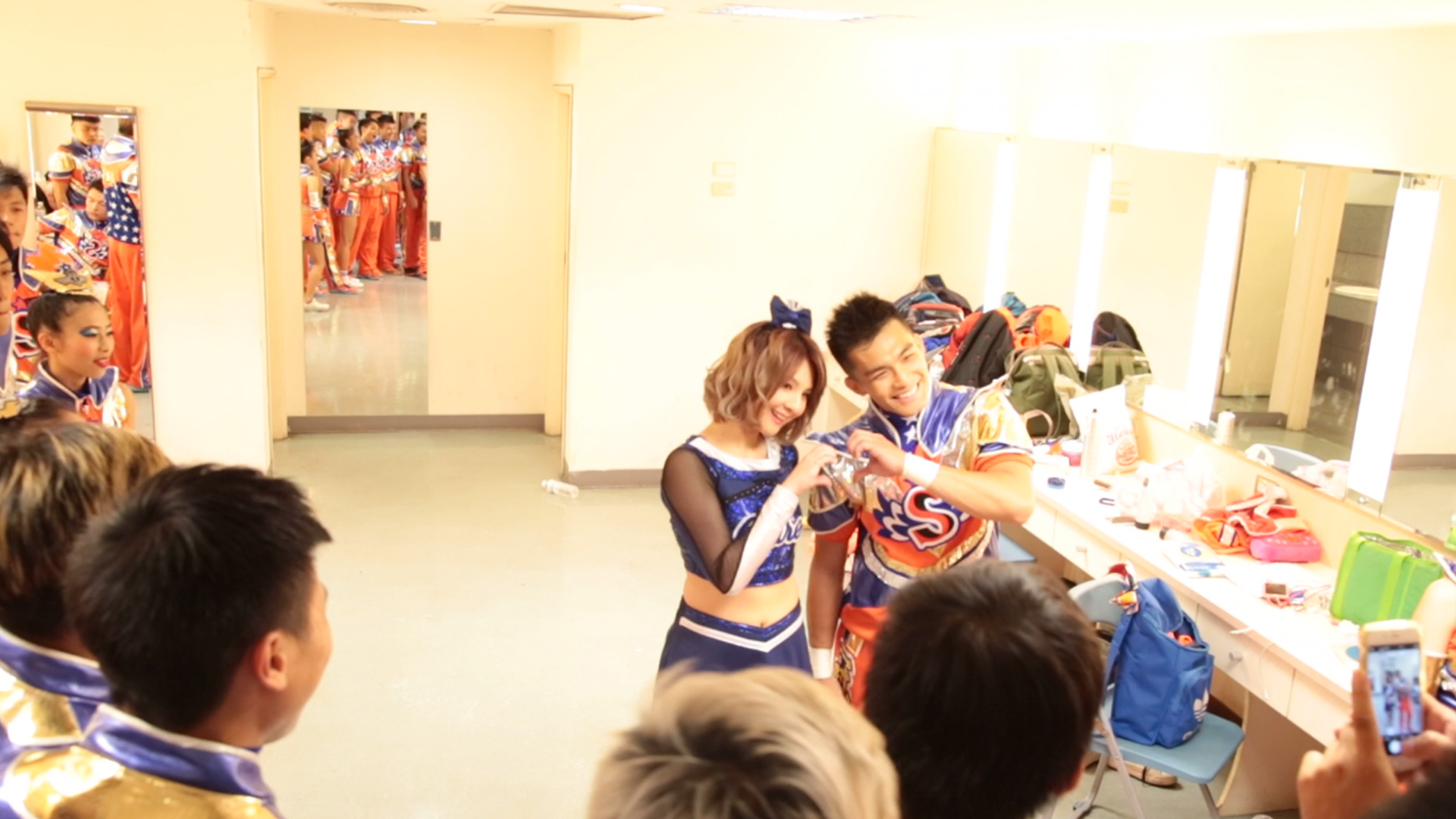 世新競技啦啦隊的隊員輪流與學姊郭靜合照.jpg
